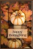 秋天背景弓蜡烛看板卡构成结果实叶子老纸卷感恩顶层火鸡蔬菜 图库摄影