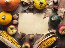 秋天背景弓蜡烛看板卡构成结果实叶子老纸卷感恩顶层火鸡蔬菜 免版税图库摄影