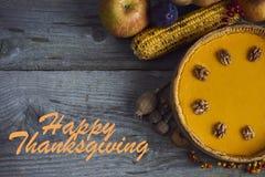 秋天背景特写镜头上色常春藤叶子橙红 感恩的自创南瓜饼 免版税库存照片