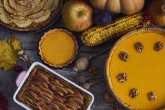 秋天背景特写镜头上色常春藤叶子橙红 自创南瓜,感恩的苹果饼 免版税库存图片