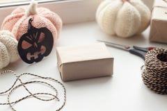 秋天背景特写镜头上色常春藤叶子橙红 为万圣夜党的,秋天包装的礼物盒设置在白色背景的被编织的装饰 免版税库存图片