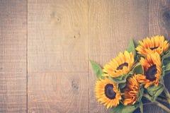 秋天背景用在木桌上的向日葵 在视图之上 减速火箭的过滤器作用 免版税库存图片