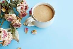 秋天背景的图片与干燥玫瑰和咖啡的wi 库存图片