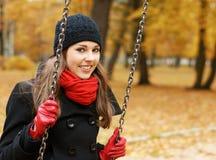 秋天背景美丽的深色的年轻人 免版税图库摄影