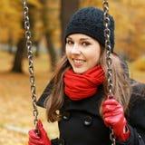 秋天背景美丽的深色的年轻人 免版税库存图片
