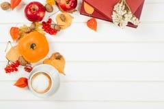 秋天背景,杯子热奶咖啡,书,文本的空间 免版税库存图片