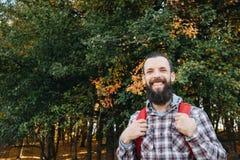 秋天自然旅途愉快的男性旅游森林 图库摄影