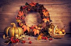 秋天花圈和静物画用南瓜和葱在木头 免版税库存照片