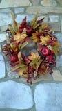 秋天花圈在石墙上的 免版税库存照片
