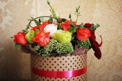 秋天花束在有丝带的一个箱子开花 库存图片
