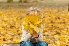 秋天花束女孩留下一点 免版税库存图片