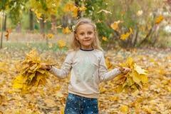 秋天花束女孩留下一点 库存照片