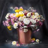 秋天花束花。美丽的静物画 免版税库存照片