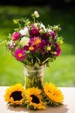 秋天花束,秋天开花,绿色背景,生日bouqu 免版税库存图片