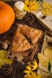 秋天苹果饼用葡萄干 免版税库存照片