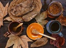 秋天茶用在土气木背景的蜂蜜 免版税库存照片