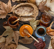 秋天茶用在土气木背景的蜂蜜 免版税库存图片
