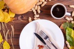 秋天菜的构成在棕色木背景的 库存图片
