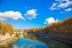 秋天蓝色城市叶子横向天空结构树染黄 晴朗秋天的日 库存图片