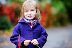 秋天蓝色聪慧的外套女孩一点 库存照片