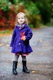 秋天蓝色聪慧的外套女孩一点 图库摄影