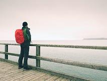 秋天薄雾的人在海上的码头 消沉,黑暗的大气 痣,在海上的湿委员会 库存图片