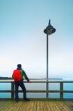 秋天薄雾的人在海上的码头 消沉,黑暗的大气 痣,在海上的湿委员会 库存照片