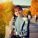 秋天街道的少年 库存照片