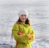 秋天衣裳的女孩在海的背景 库存照片