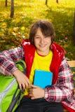 秋天衣裳的微笑的男孩 图库摄影
