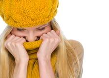 秋天衣裳的愉快的女孩在围巾包裹  免版税库存照片