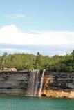 秋天被生动描述的岩石水 免版税库存照片
