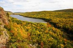 秋天覆盖颜色湖 图库摄影