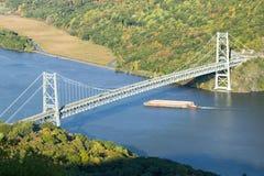 秋天视图俯视熊山桥梁、垃圾驳船和哈德森谷和河在熊山国家公园,纽约 库存照片