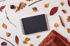 秋天设置与黑写生簿 库存照片