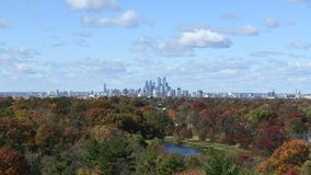 秋天费城地平线时间间隔与云彩和天气的 股票录像