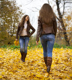 秋天走在公园的少妇的时尚图象 图库摄影