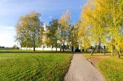 秋天路在有俄国教会的Konstantinovo村庄背景的从18世纪 著名诗人的地方 免版税库存照片
