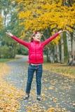 秋天逗人喜爱女孩公园走 免版税库存照片