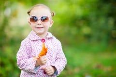 秋天逗人喜爱的女孩公园 库存图片