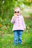 秋天逗人喜爱的女孩公园 免版税库存照片