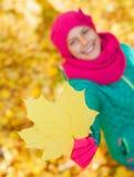 秋天逗人喜爱的女孩叶子 免版税库存照片