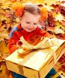 秋天配件箱儿童礼品女孩叶子桔子 免版税库存图片