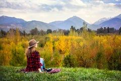 秋天野餐的妇女 库存图片