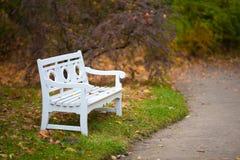 秋天长凳公园白色 免版税图库摄影