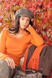 秋天长凳方式纵向放松妇女年轻人 库存照片