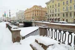 秋天降雪在城市 免版税库存照片