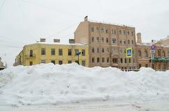 秋天降雪在城市 库存图片