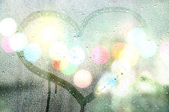 秋天雨,在玻璃的凹道心脏-爱概念 免版税库存图片