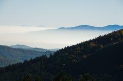 秋天雾滚动在Zeljin山之间小山  免版税图库摄影